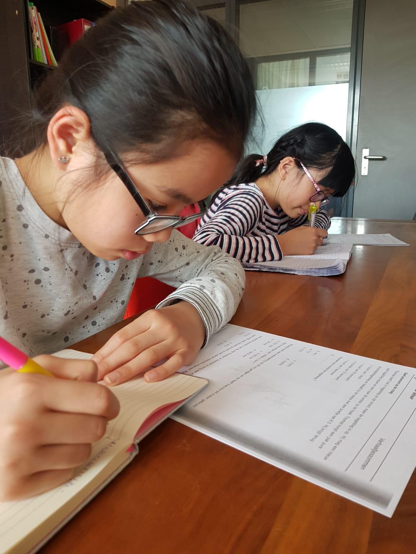 Twee dames die bezig zijn met groep 8 rekenwerk.